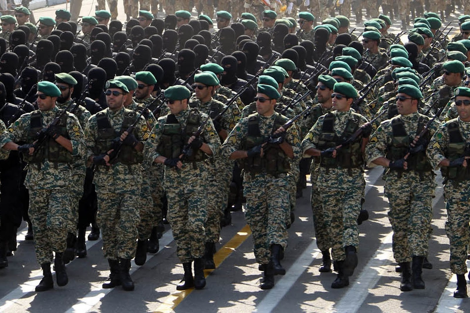 Iranian-soldiers-march